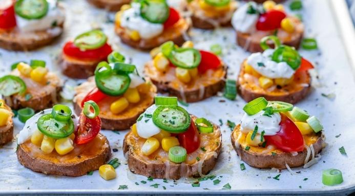 trozos de batata con crema, maiz, pimiento verde, tomates uva, aperitivos para cumpleaños originales y fáciles de preparar