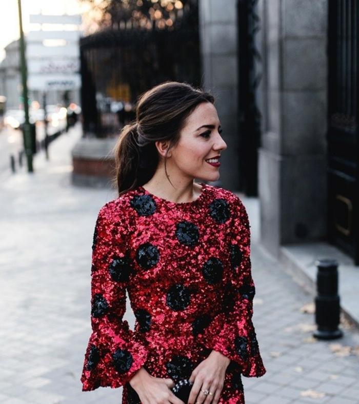 ideas de vestidos fin de año bonitos, vestido con lentejuelas en rojo con lunares en negro, corte de vestido con mangas acampanadas
