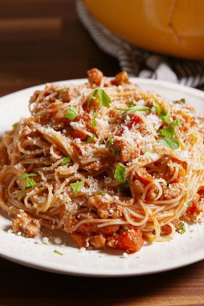 como preparar recetas faciles para niños, pasta bolonese con trozos de pavo, quesos y verduras, platos para cenas ligeras