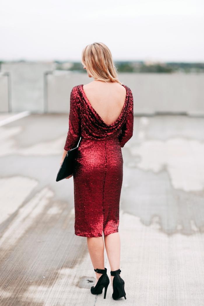 vestido elegante en color rojo con brillo y espalda descubierta, originales ideas de ropa para nochevieja elegante