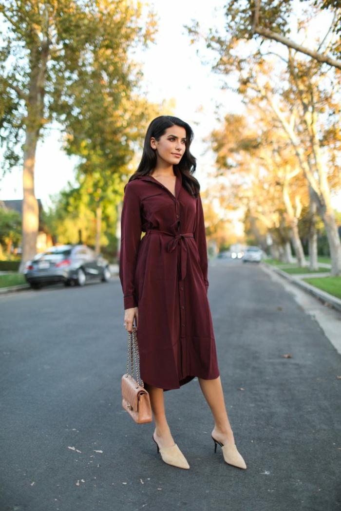 vestido elegante color rojo bordeos, corte recto con longitud debajo de la rodilla, botas modernas en color beige
