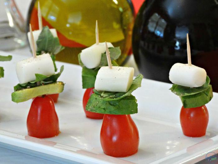 pinchos fáciles y saludables, bocados de tomates cherry, aguacate, albahacas y queso mozzarella, aperitivos para cumpleaños