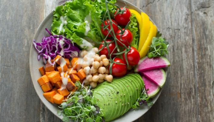ensalada con garbanzos, batata, aguacate, tomates uva y verduras, propuestas de platos saludables para toda la familia