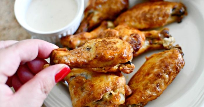 como preparar alas de pollo sabrosas, crijientes y picantes, aperitivos para cumpleaños fáciles y rápidas, fotos de entrantes