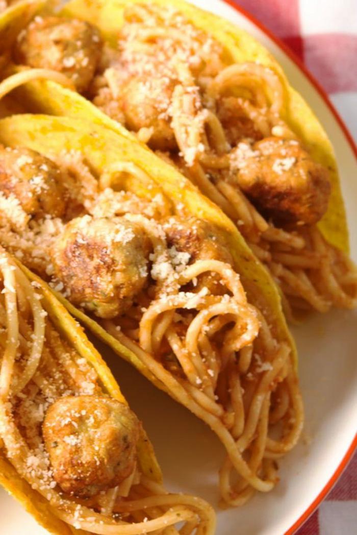 tacos ricos con pasta, albóndigas y queso parmesano, recetas fáciles y saludables para un menú familiar, ideas de recetas caseras originales