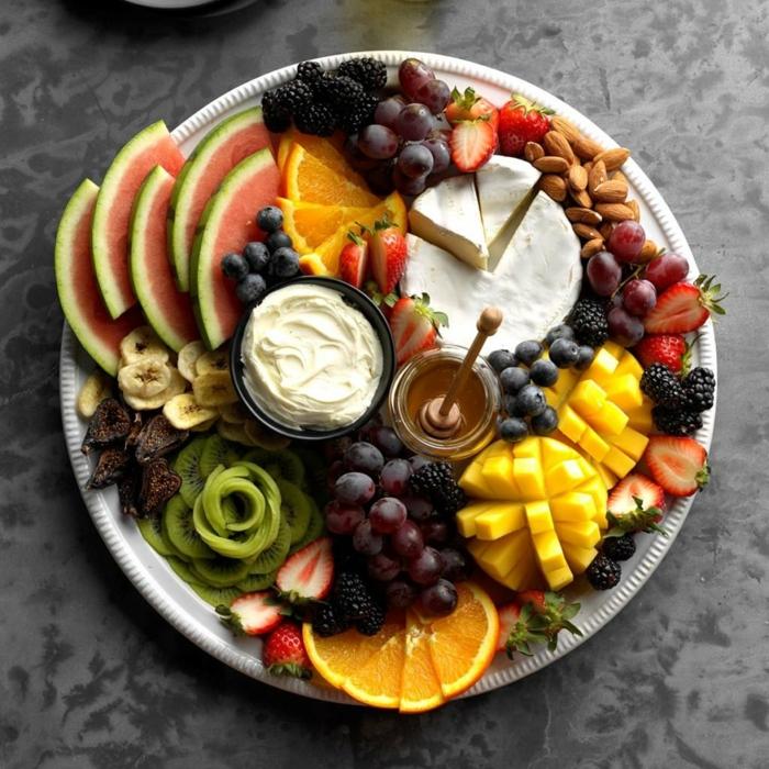 plato con frutas, quesos y miel para tus invitados en nochevieja, entrantes para navidad originales paso a paso, frutas y queso brie