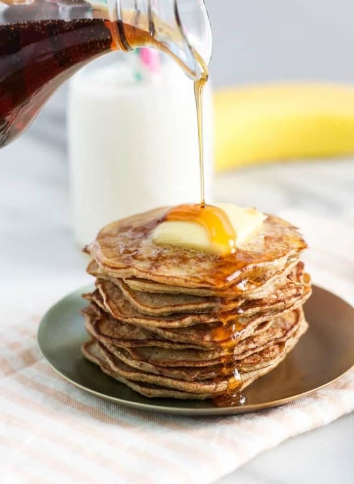 panqueques de harina integral con jarabe de acre y manteca, ideas de desayunos saludables y ricos para los niños