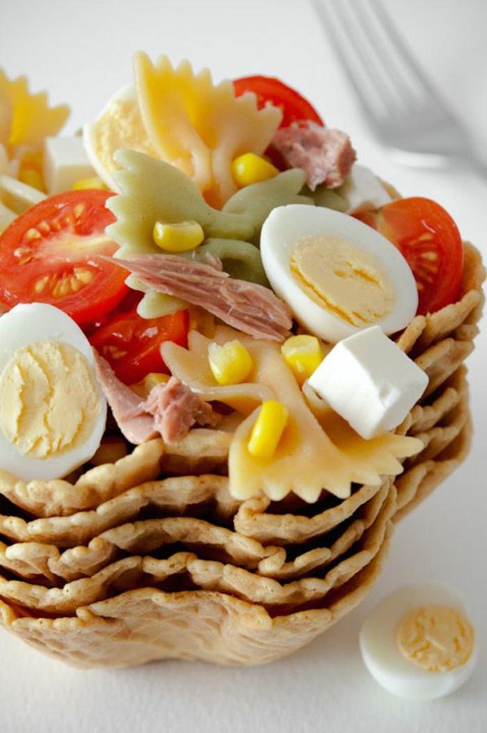 ensalada saludable con pasta, huevos cocidos, maiz y queso blanco, ideas de comidas para bajar de peso y recetas saludables
