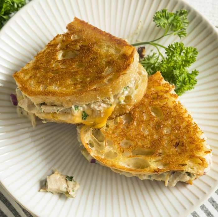 tostadas con ensaladilla con atún, desayunos fáciles y ricos para preparar en Navidad, ideas de desayunos originales