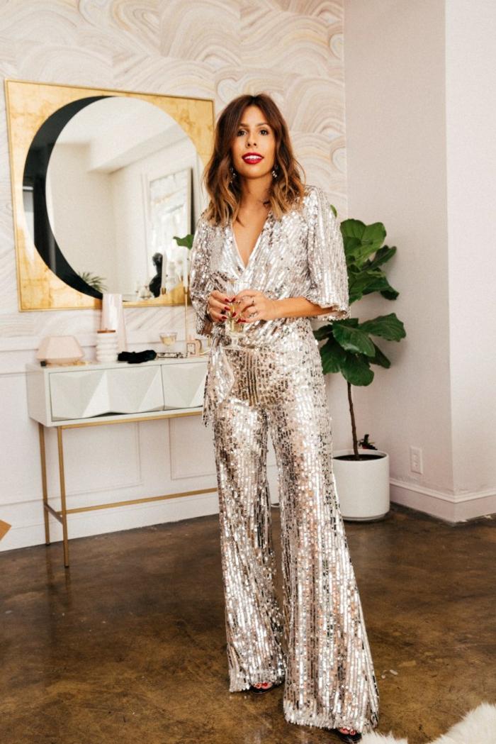 geniales ideas de ropa para nochevieja, mono brillante con lentejuelas en color plata, vestidos y monos elegantes y sofisticados