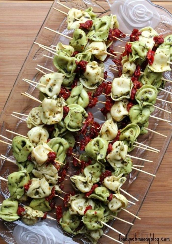 pinchos con tortellini fáciles y rápidos, pinchos con dos tipos de pasta cocida y tomates secados al sol, ideas picoteo