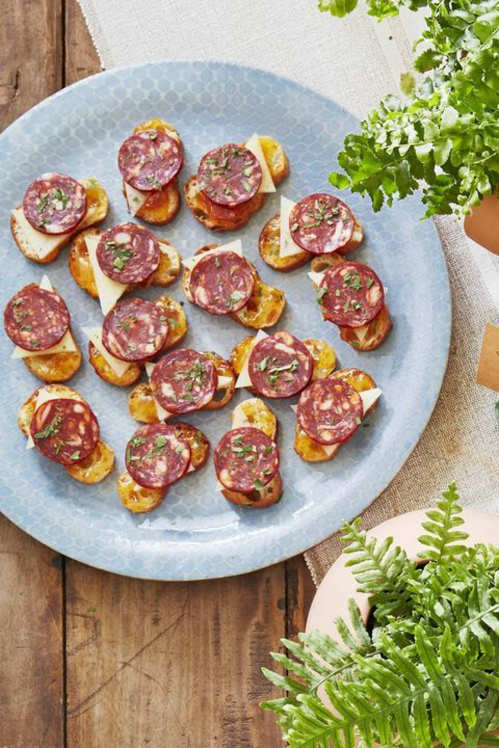 mini tostadas con aceite de oliva, queso manchego y chorizo, espectaculares ideas de canapes sencillos para hacer en casa
