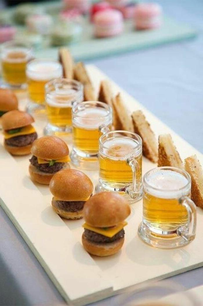 mini hamburguesas para tomar con unas cervezas, ideas para picoteo originales y fáciles, como preparar un menú fiesta