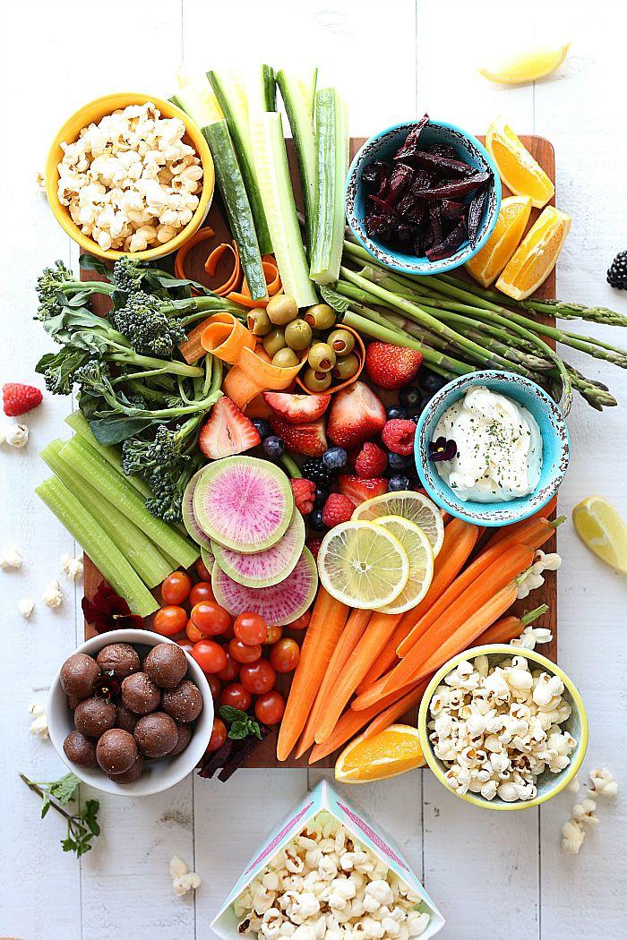 plato con aperitivos vegetarianos, originales ideas sobre cómo montar una fiesta en casa, aperitivos sencillos y originales