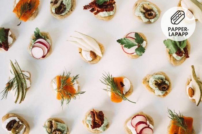 canapés con blinis en diferentes sabores, crema de queso con salmón y enaldo, canapes sencillos para hacer en casa
