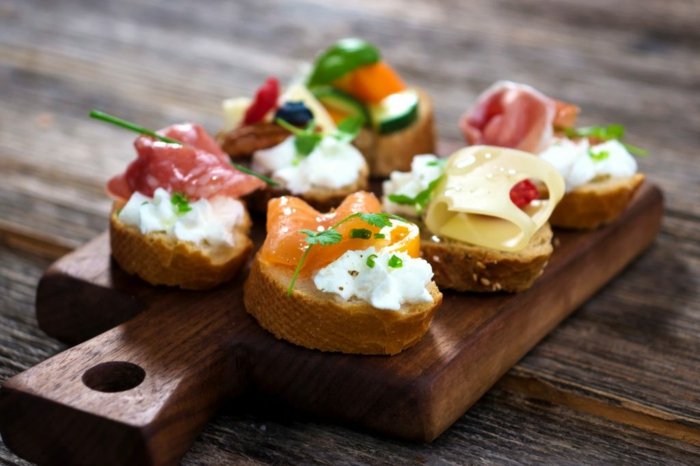 tostadas con crema de queso y salmón, mini tostadas con pan integral, ideas canapes sencillos para hacer en casa