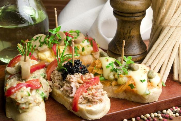tostadas con atún, tomates y cavier, tostadas con zanahorias ralladas y queso hundido, canapes sencillos para hacer en casa