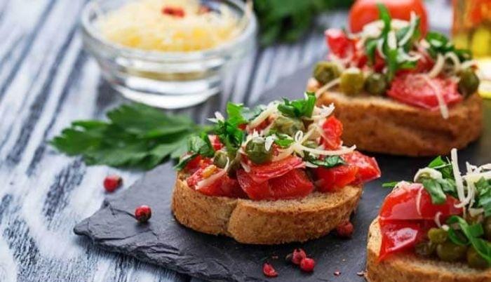 aperitivos sencillos y originales para una cena casera, aperitivos apetitosos y originales, tostadas con tomates y garbanzos
