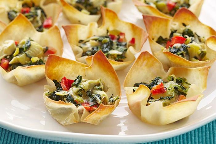 ideas de aperitivos faciles y originales en fotos, tartaletas con espinacas y vegetales, entrantes para una cena con amigos