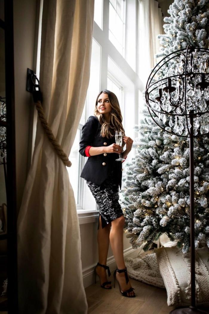vestido elegante color negro con lentejuelas, ideas de ropa para nochevieja y prendas para vestir en una fiesta de Navidad