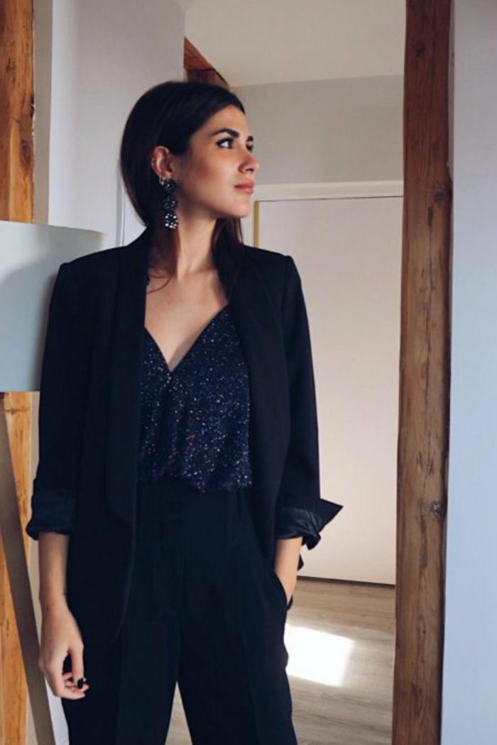 como conseguir un look sofisticado para ir a una fiesta fin de año, pantalones cintura alta, blusa reluciente escote en V