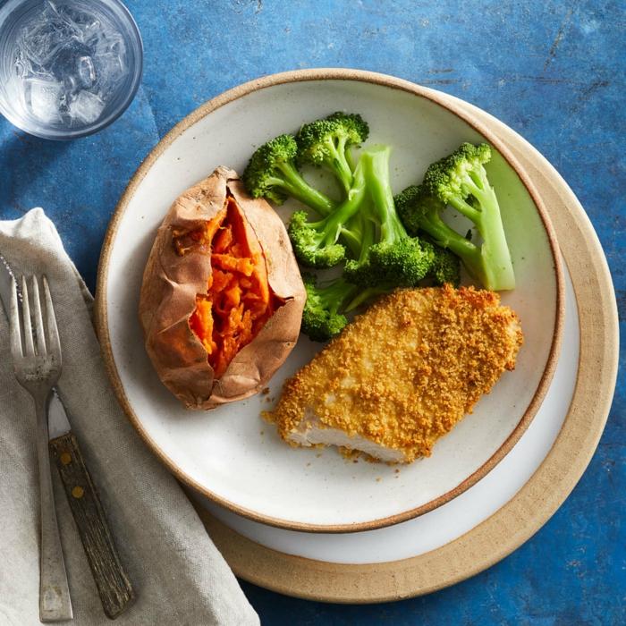 ideas saludables de recetas faciles y rapidas para comer, croqueta de pollo con batata al horno y brócoli hervido