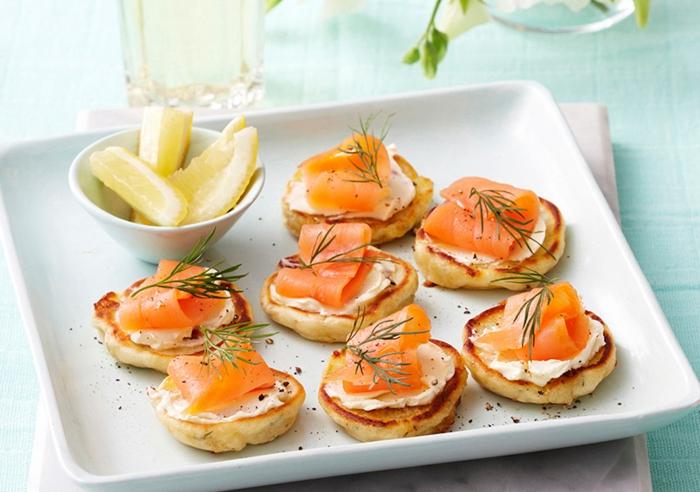 recetas caseras con salmón, blini con queso crema y salmón ahumado, aperitivos faciles y originales en imagenes