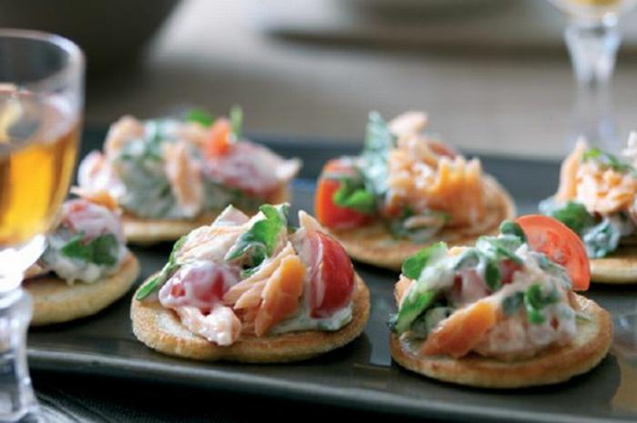 blini con ensaladilla, verduras y salsa de mayonesa casera, ideas de aperitivos faciles y originales con recetas paso a paso