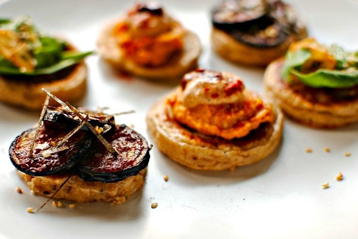 las mejores ideas de aperitivos faciles y originales, canapés para nocehvieja con blini, recetas rápidas y fáciles de entrantes