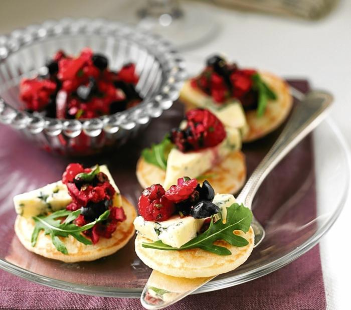 mini crepes caseros con rúcula, queso azul y arándanos, canapés para nochevieja y navidad y nochevieja en fotos