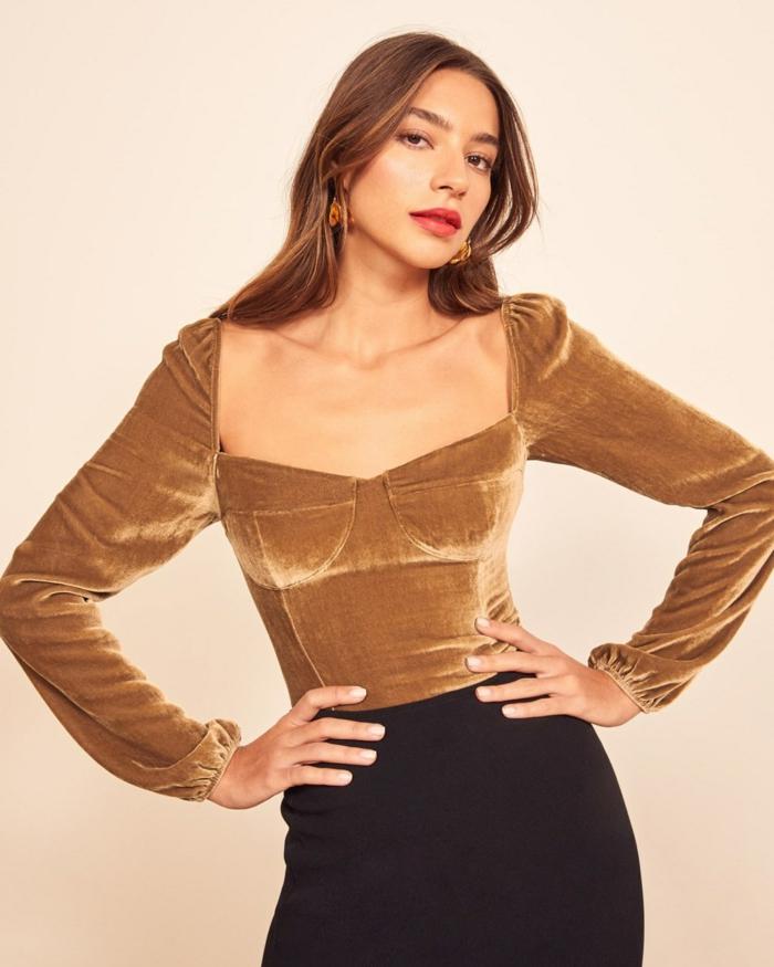 ideas de look nochevieja 2019, últimas tendencias en la ropa femenina, blusa en color beige con un escote descubierto