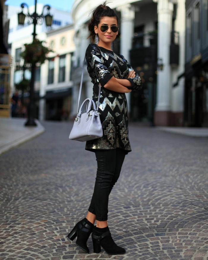 ideas de vestidos para fin de año modernos y bonitos, vestido muy corto para llevar con un pantalón pitillo y botas negras