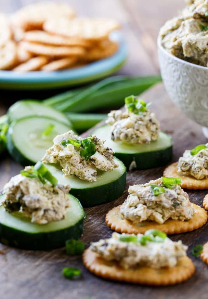 canapés de pepinos y galletas saladas con ensaladilla, ideas de entrantes frescos y ligeros para una fiesta con amigos en casa
