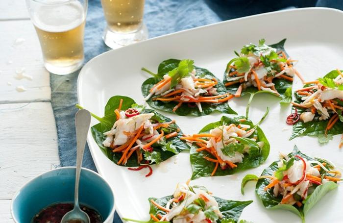 canapés verdes con verduras, ideas de entrantes ligeros para cenas saludables, aperitivos faciles y originales en fotos