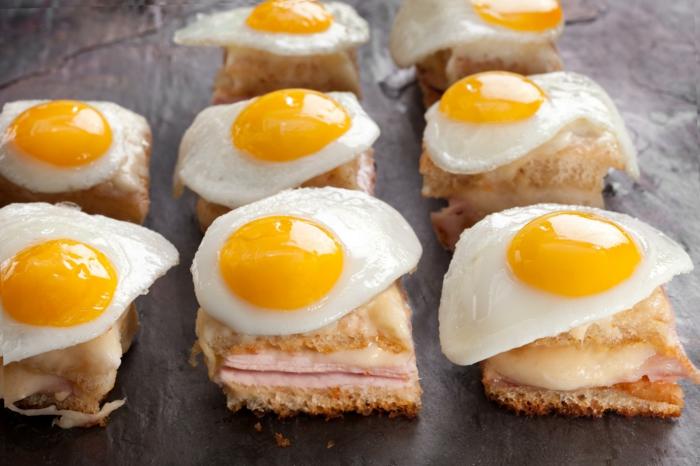 canapés con tostadas, quesos y jamón y huevos estrellados, aperitivos faciles y originales para un desayuno navideño