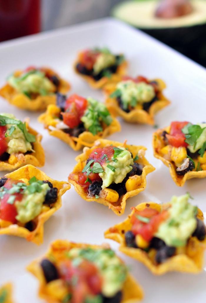 mini tortillas con aceitunas negras, maiz, tomates, aguacate machacado y perejil, aperitivos sencillos y originales en imagenes
