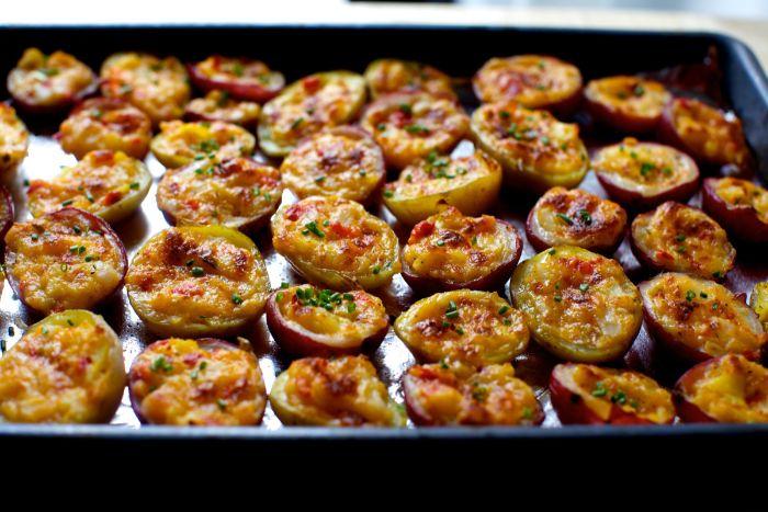 papas al horno con queso hundido y especias, las mejores recetas de entrantes fáciles y rápidos para una fiesta de cumpleaños