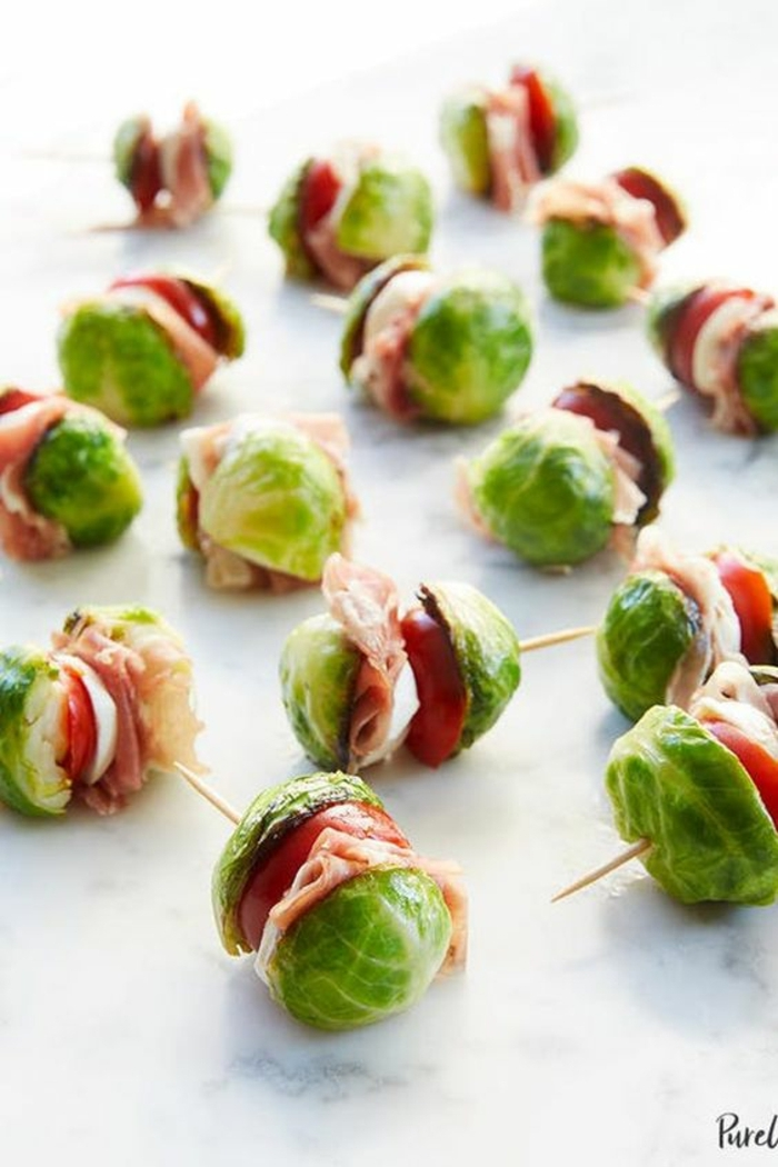 pinchos con col de bruselas, tomates y jamón, recetas de pinchos para sorprender a tus invitados, canapés frios y fáciles