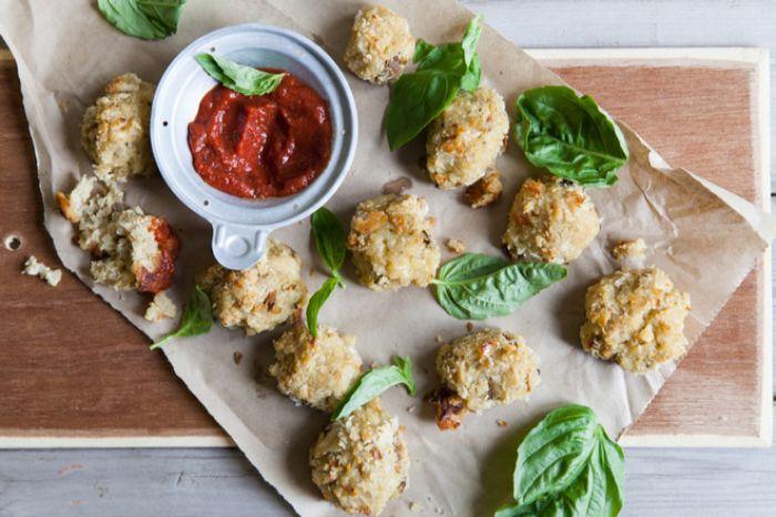 albóndigas vegetarianas con dip de chile y albahacas, aperitivos para sorprender ricos para vegetarianos, ideas en imagenes