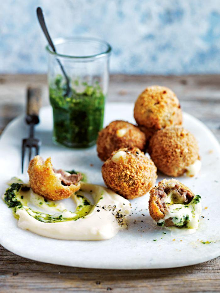 croquetas con jamón y huevos estrellado con pesto casero, las mejores recetas para sorprender a tus invitados paso a paso