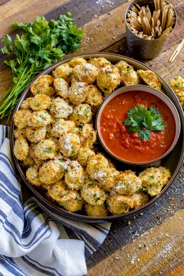 algunas dieas de aperitivos baratos para mucha gente, croquetas de parmesano con salsa de tomates y perejil fresco