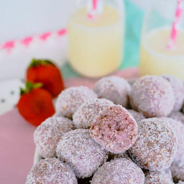bocados ricos y fáciles de preparar en casa, bolas de chocolate con fresas y coco rallado, propuestas de recetas de postres