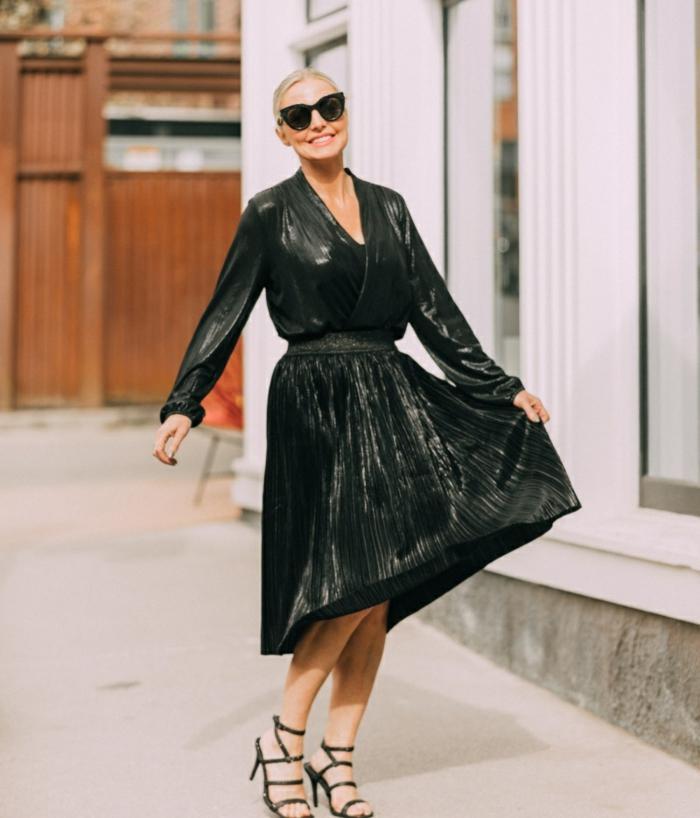 precioso vestido con tela reluciente, look nochevieja 2019, elegantes ideas de un outfit sofisticado y moderno para una fiesta fin de año