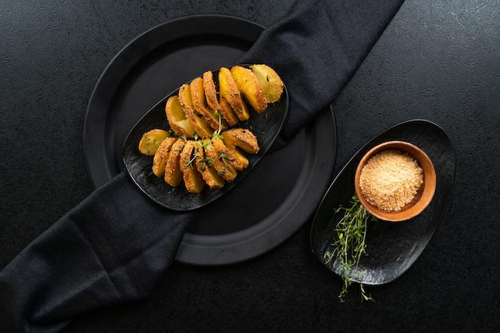 originales ideas de comidas para fiestas y cenas con amigos, como preparar papas al horno, receta papas hasselback
