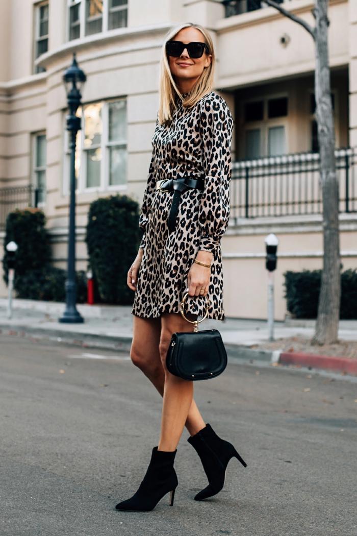 ejemplos de vestidos nochevieja 2019, vestido moderno para ir de fiesta en la temporada festiva, vestido mini estampado animal