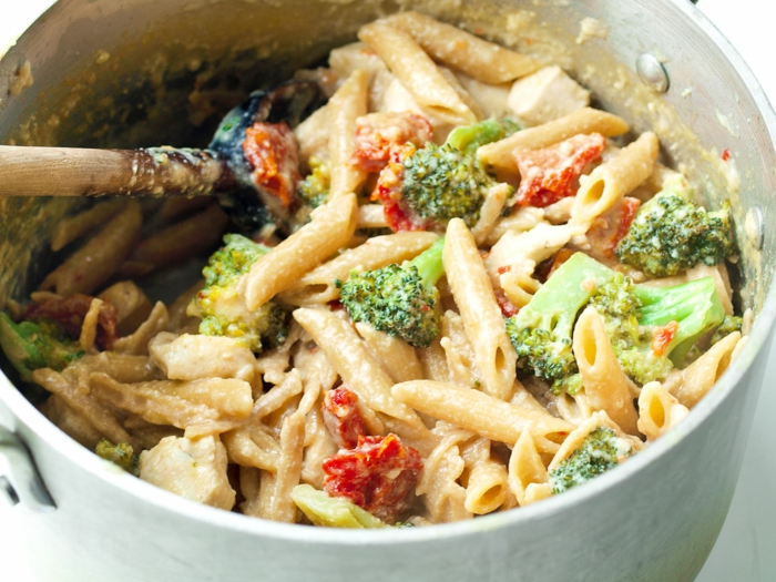 ensalada rica con pasta y brocoli, pasta casera con tomates secados al sol y brocoli, fotos de recetas faciles y rapidas para comer