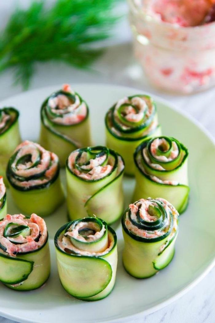 rollos de calabacines con salsa de cangrejos, ideas de picoteo originales y fáciles de hacer, ideas de aperitivos sin carne