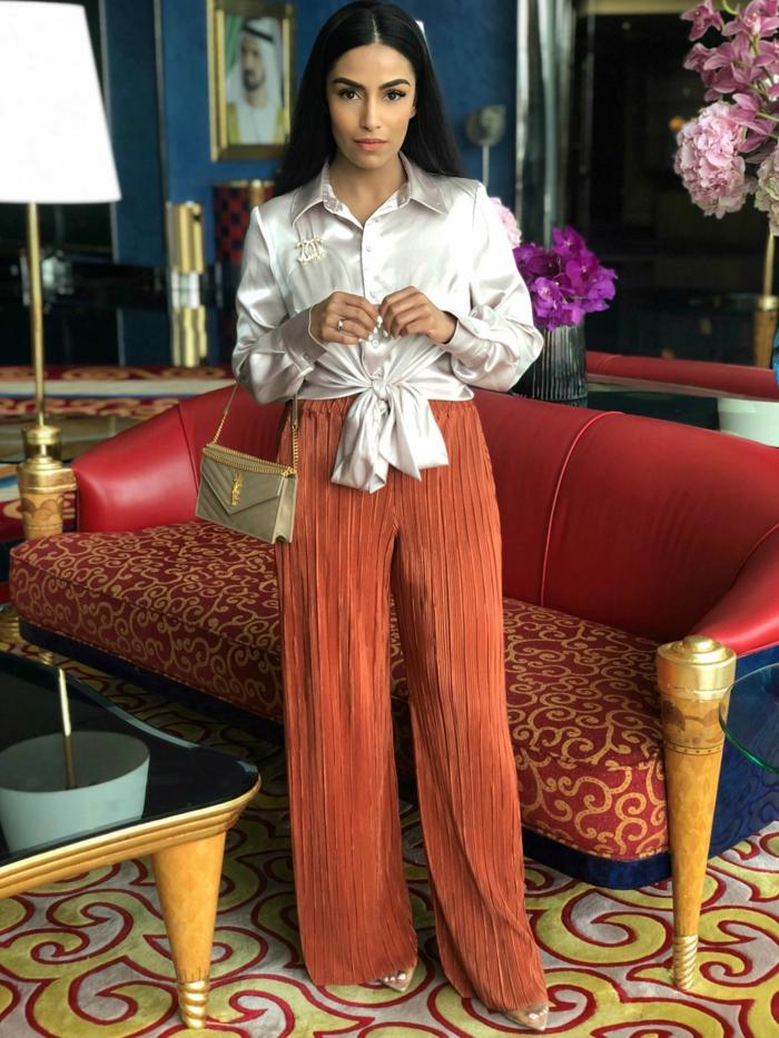 ropa de fiesta elegante, pantalón de terciopelo color coral, blusa satenada en color blanco, pantalón ancho moderno