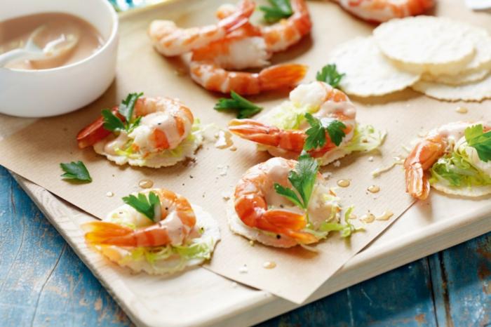 bocados con crema de queso, perejil, gambas y galletas de arroz, fotos de aperitivos espectaculares y faciles para preparar en casa