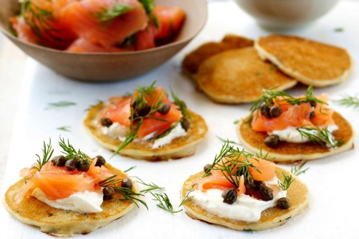 mini crepes con yogur griego, salmón ahumado y enaldo, ideas de recetas caseras con salmón, canapes faciles y vistosos